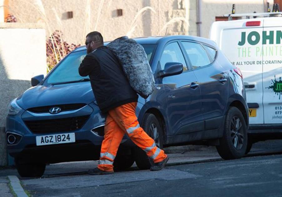 Điều gì khiến chàng trai trúng số gần 10 triệu bảng Anh làm công việc giao than nặng nhọc